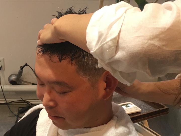 つぼ刺し:首、首のつけ根、肩と最後まで丁寧にマッサージ